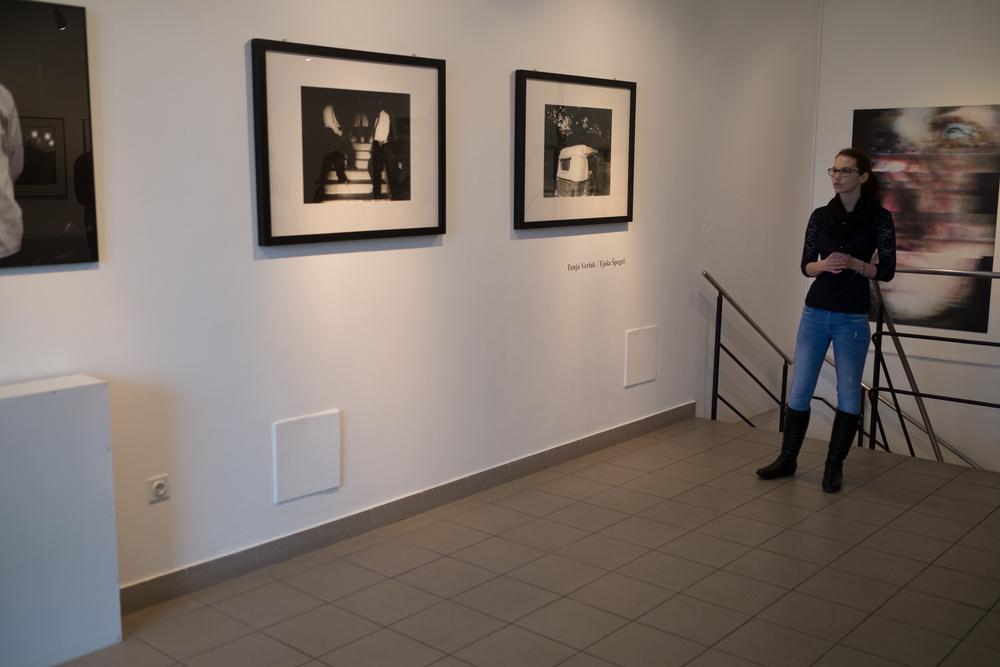 1 vodenje po razstavi fotograf in kustus-MediaNox-Maribor-8.jpg