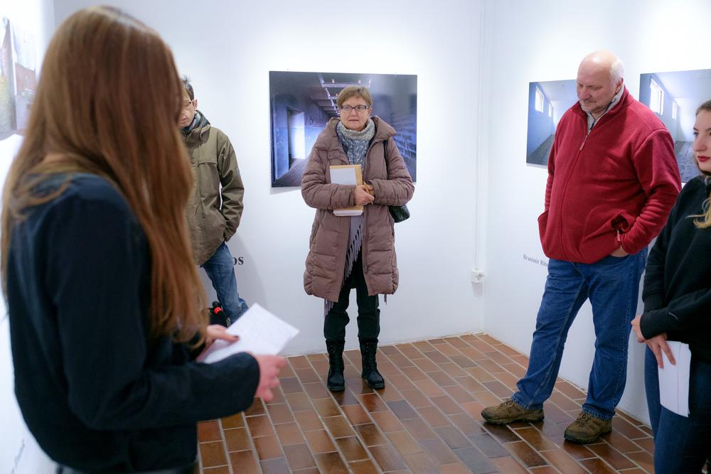 1 vodenje po razstavi fotograf in kustus-MediaNox-Maribor-11.jpg
