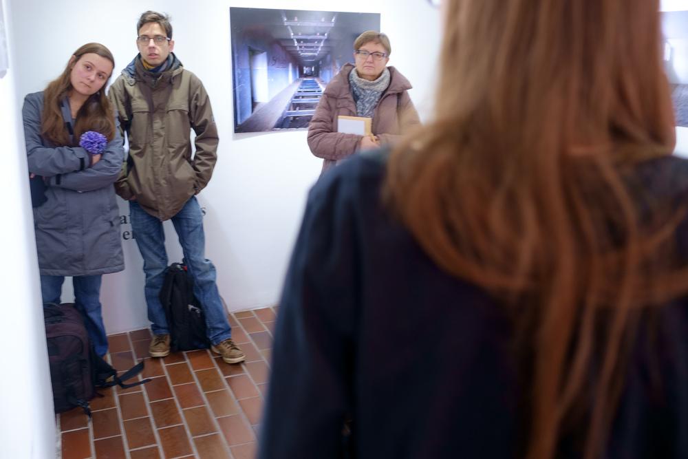 1 vodenje po razstavi fotograf in kustus-MediaNox-Maribor-12.jpg