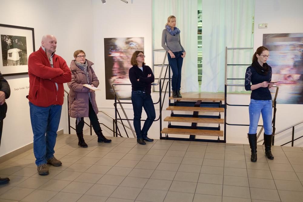 1 vodenje po razstavi fotograf in kustus-MediaNox-Maribor-18.jpg