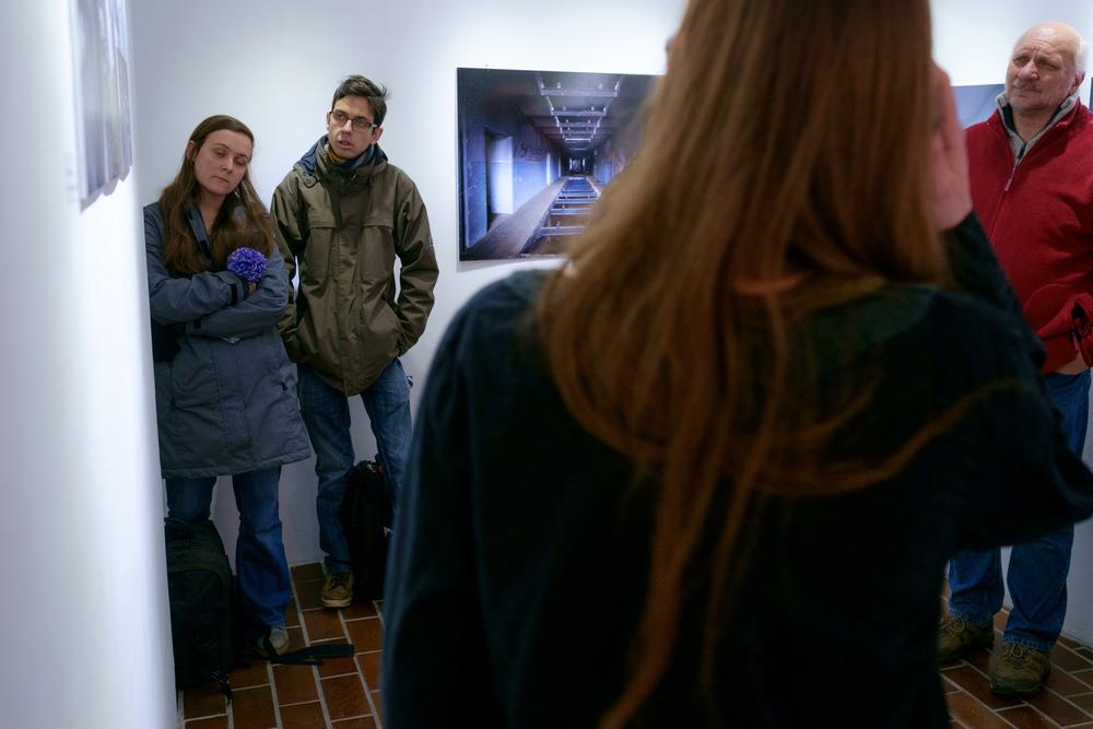 1 vodenje po razstavi fotograf in kustus-MediaNox-Maribor-20.jpg