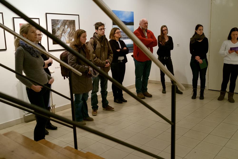 1 vodenje po razstavi fotograf in kustus-MediaNox-Maribor-24.jpg