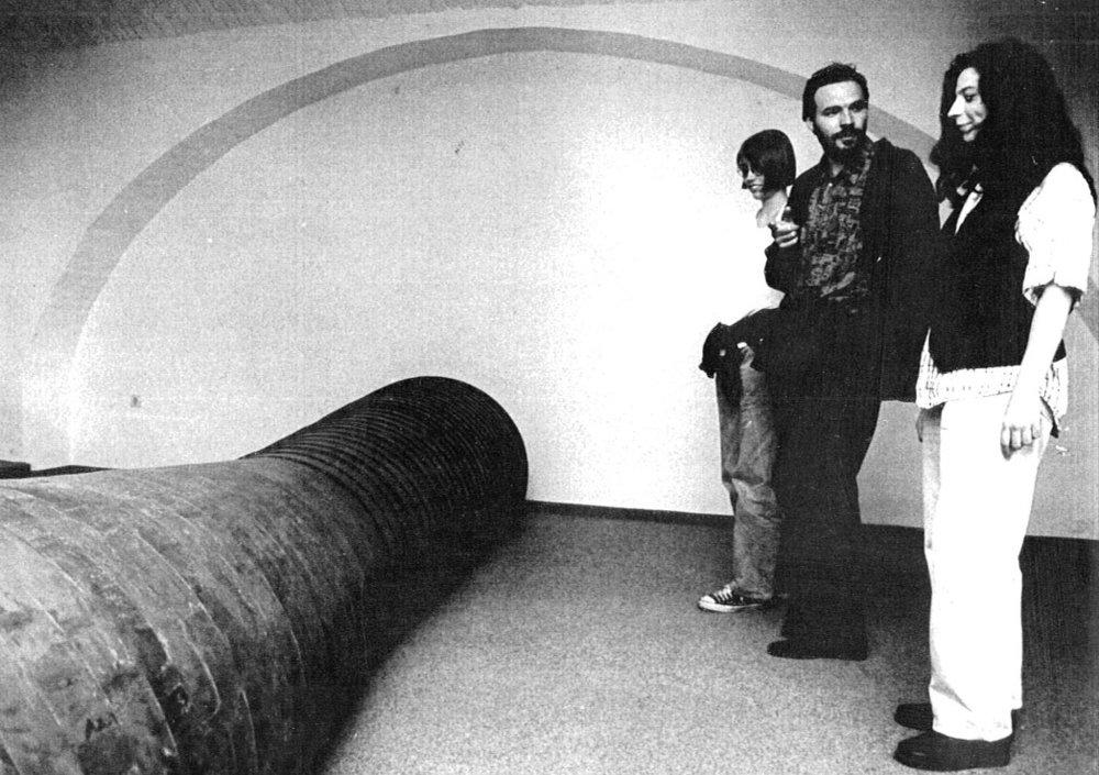 Instalacija Darka Golije v galeriji MN, ob kateri stoji Jasmina Batkovič