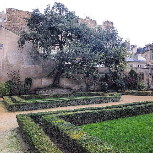 Happy place 🥰🎈♥️💋🎂🎨 #hoteldesully #placedesvosges #lemarais #paris #4emearrondissement #lejardin #happyplace #lifeisadream