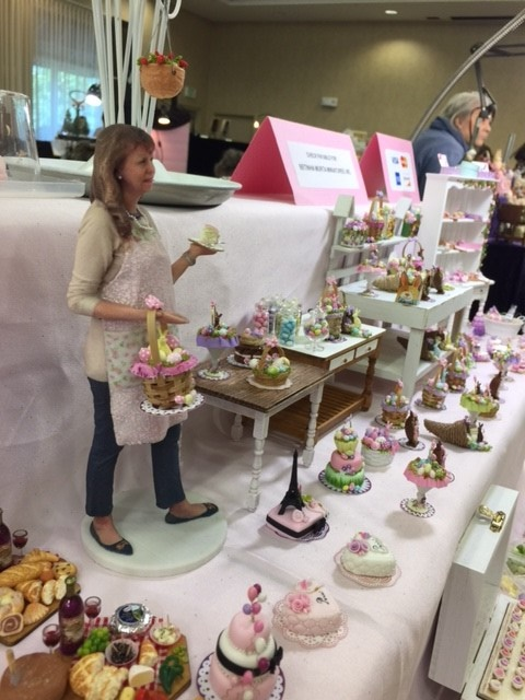 "Bethina Murta ""selling"" her desserts."