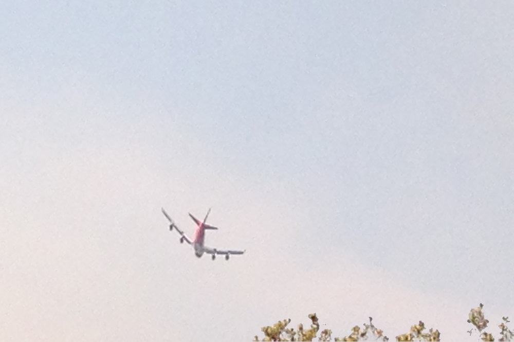 747 VLAT (Very Large Air Tanker) on final approach to the fire.