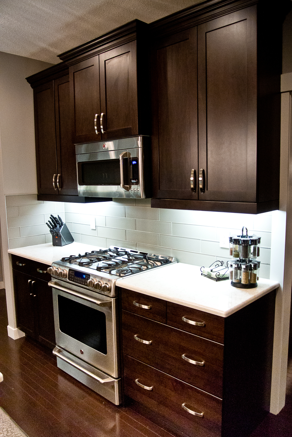 kitchen julie roberts interior design consultant this modern kitchen has all the makings of a chef s kitchen large quartz countertops 6 burner gas stove with warming drawer large raised island bar
