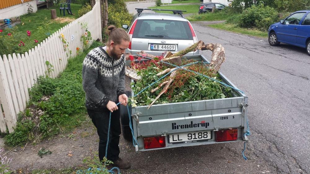 Jogeir came down from Oslo to help with the loading and decoration for the shoot. He brought his parents car...