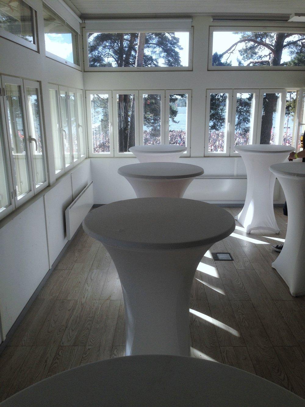 Ateljé-sali (cocktail-pöydät asiakkaan) © Ville Ylönen