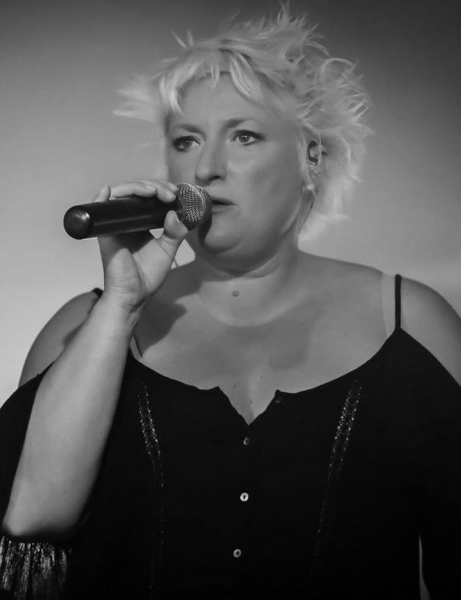 next le groupe Elisabeth Ouilhon