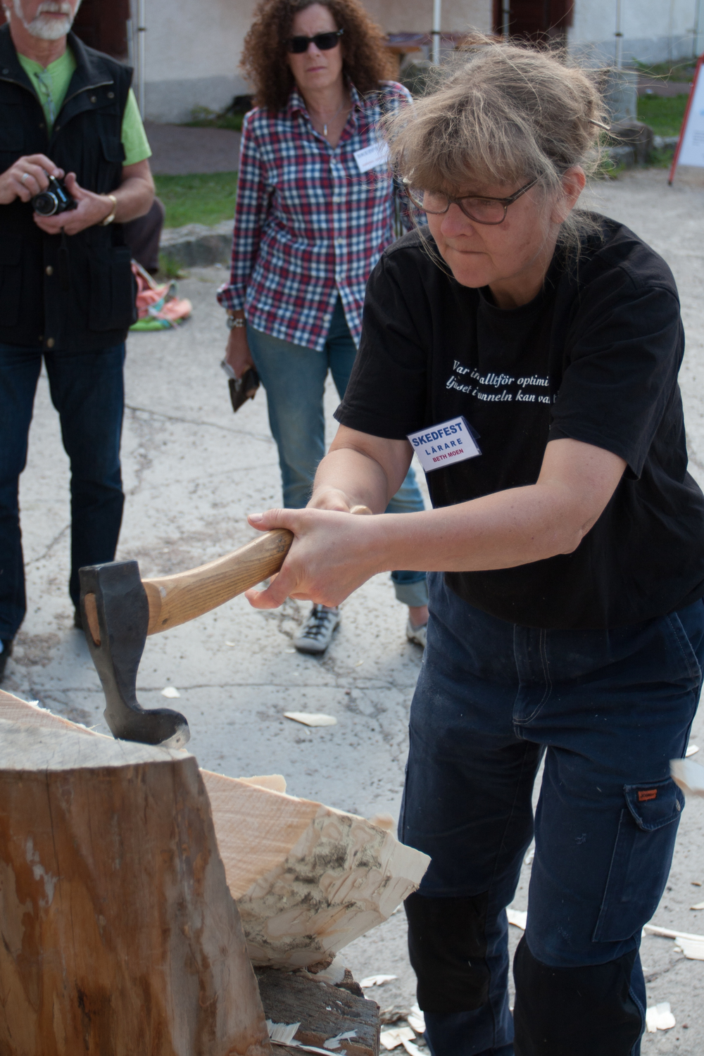 Beth Moen hewing out a bowl with a long handled adze at Skedfest 2014