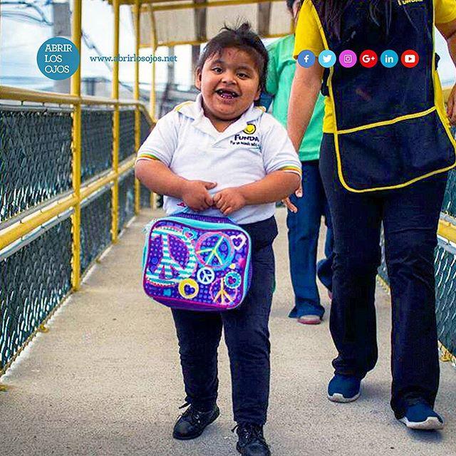 """Quiero acercarles información sobre la @fundalgtque próximamente estaré visitando. . A mediados de 1996 nació en el corazón de una familia guatemalteca un sentimiento especial cuando conocieron y adoptaron a Alex, un niño de 4 años que no veía, no oía, y tampoco hablaba: Era un niño con#sordoceguera. Pese a sus limitaciones era un niño feliz que se adaptaba muy bien a su nueva familia de cinco hermanos. . Sus padres buscaron la ayuda de médicos especialistas, pero su pérdida visual y auditiva no era recuperable debido al Síndrome de Rubéola Congénita (SRC). Lo más difícil y doloroso para la familia era no poder comunicarse con él, por lo que llenos de amor hacia su hijo se dieron a la tarea de informarse e investigar cómo educarlo. . En Guatemala la sordoceguera era desconocida. En su larga búsqueda supieron de @perkinsvisionen Massachussets y su programa Hilton Perkins, que apoya proyectos educativos para niños con sordoceguera. . Los contactaron y su respuesta fue generosa y abierta poniéndolos en contacto con otros padres y profesionales de Latinoamérica, brindándoles apoyo, orientación y capacitación. Es así que la madre de Alex se dedicó a poner en práctica todo lo aprendido y poco a poco fue logrando que Alex aprendiera a movilizarse, a comer solo, a saber cuándo era hora de dormir, a ir al baño y realizar señas para comunicarse. . Los padres de Alex al ver que estos pequeños milagros le proporcionaban bienestar no sólo a su hijo sino a toda la familia, consideraron que era importante contactar a otros padres de familia para compartir con ellos lo que habían aprendido. Así, en diciembre de 1997 con un grupo de amigos y colaboradores, y con el apoyo profesional del programa Hilton Perkins, constituyeron legalmente """"La Fundación Guatemalteca para Niños con Sordoceguera Alex – FUNDAL"""" y en marzo de 1998 abrieron las puertas de su primer centro especializado en la educación para niños con sordoceguera. . Para mayor información te invito a visitar su sitio web enht"""