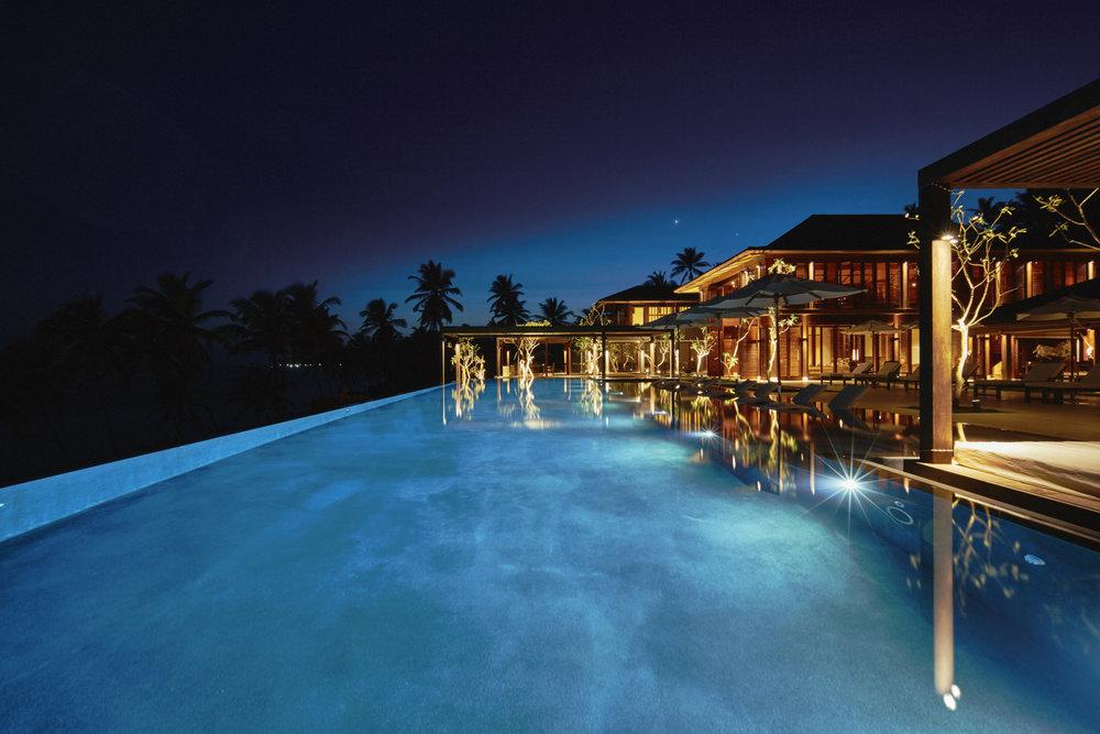 Ani Villas - Piscine et pavillon principal nuit.jpg