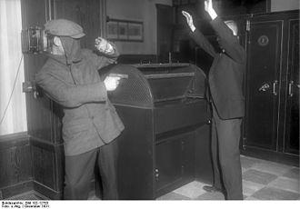 Bundesarchiv_Bild_102-12763,_Banküberfall.jpg