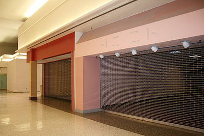 Vacant mall in Arizona, emptied by Amazon.