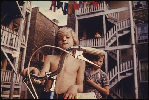 500px-TWO_YOUTHS_IN_UPTOWN,_CHICAGO,_ILLINOIS,_A_NEIGHBORHOOD_OF_POOR_WHITE_SOUTHERNERS._THE_INNER_CITY_TODAY_IS_AN..._-_NARA_-_555950.jpg