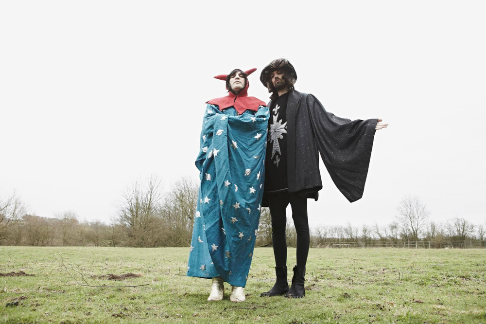 Noel Fielding (left), Sergio Pizzorno (right).