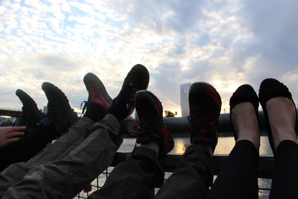 Discussions philosophiques devant un coucher de soleil