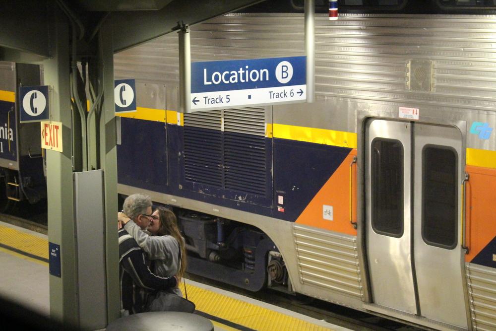 Couple d'inconnus qui se disent aurevoir sur le quai d'une gare quelque part entre San Francisco et Seattle