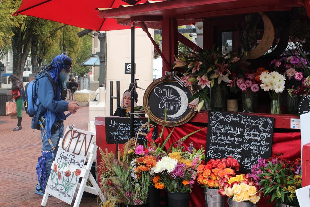 Homme bleu achetant des fleurs, @Portland