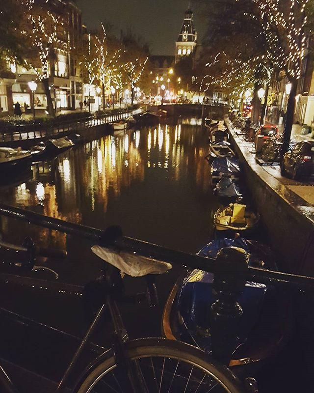 La magie d'Amsterdam! ~~ 😊 Je pense sérieusement y emménager après Londres hehe^^ #amsterdam #voyage #blogueuse #voyageur #expat #velo #canal