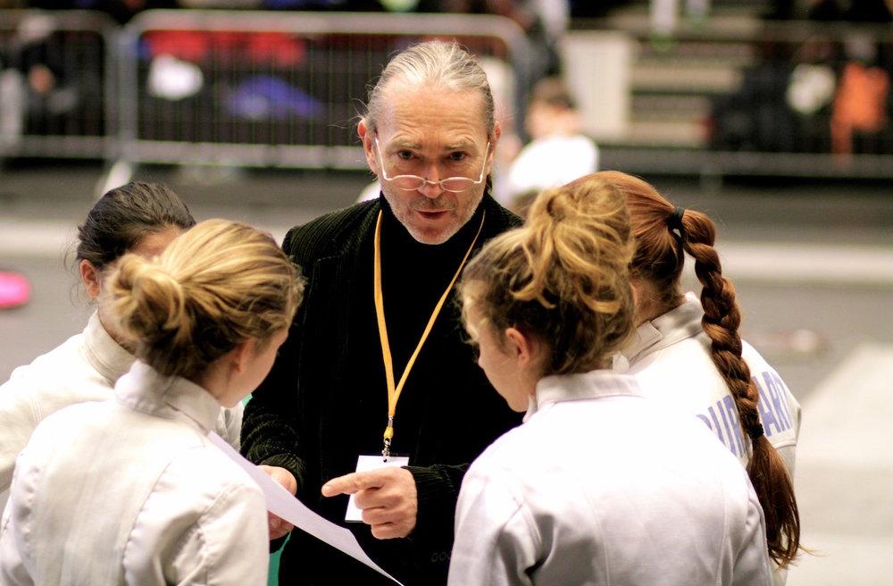 Gabriel Nielaba instruiert die Cadettes.