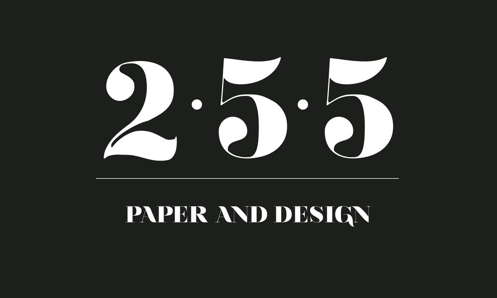 Logo+Claim 255- CMYK- blanco - fondo negro.png