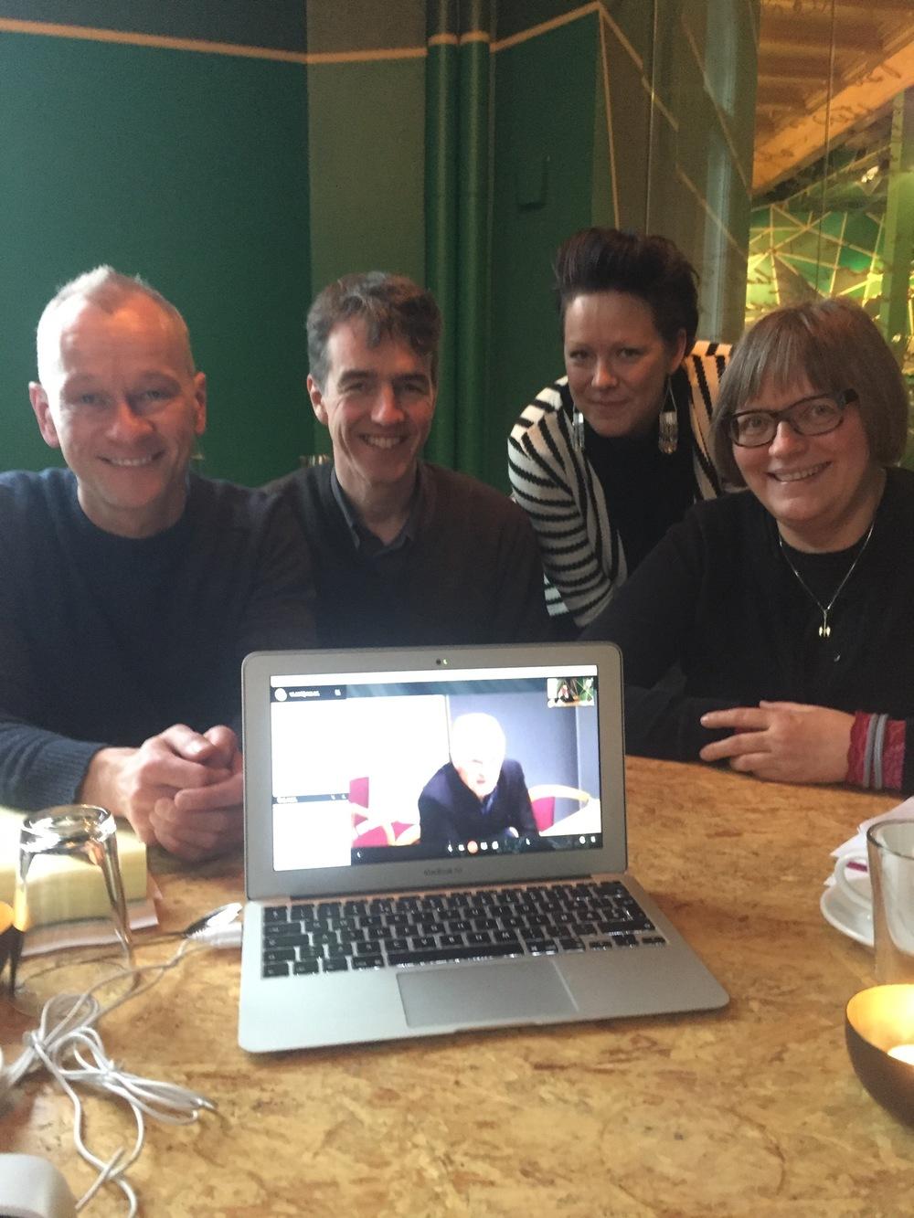 Frå venstre: Espen, Åsmund, Eline og Turid. På skjermen: Karl Ole og Kjetil. Bak kamera: Eli.