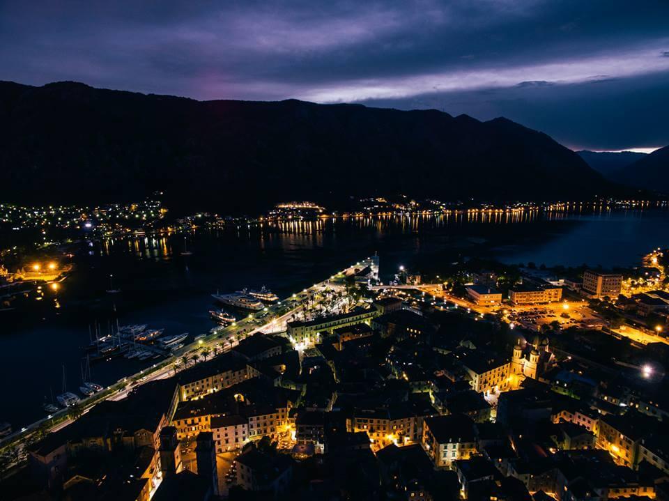 Luftaufnahme-Kotor-Nacht-Swissapse.jpg
