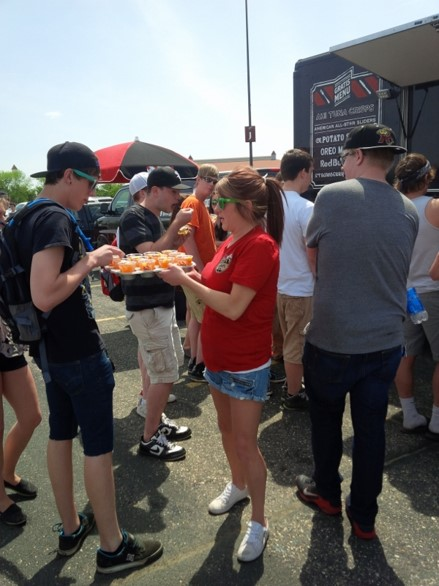 tgifridays-sampling-experientialmarketing-foodtruck