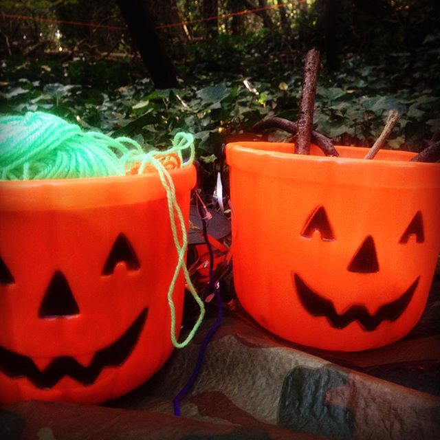 Two little pumpkin pots full of the perfect ingredients for magic wand making. #getoutside #wildtime #imaginativeplay #learningthroughplay #playoutdoors