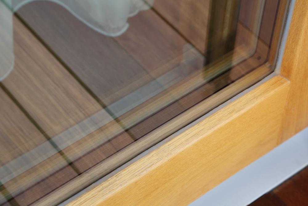 Die Alu-Distanzleisten zwischen den Gläsern sind auf die Rahmenfarbe angepasst (nicht im Alu-Look)