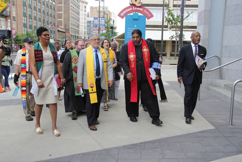 """The Revival: Time for a Moral Revolution of Values"" held a service in Cleveland on July 11, 2016. Marchers arrive at Quicken Loans Arena to present ""Higher Ground Moral Declaration"" to the RNC. (c) 2016 Dea Brayden/UUA."