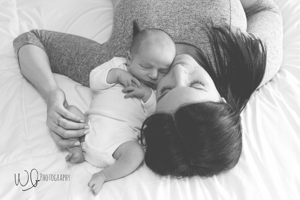 Lifestyle newborn photos with mom