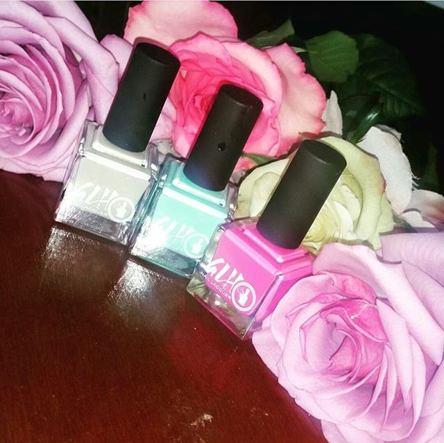 We love this photo from the lovely @lovingly_makeup! @glhnaillacquer and roses great combo! 😍 #shipworldwide #naillacquer #5free #nailtech #nailpolish #nails #vegan