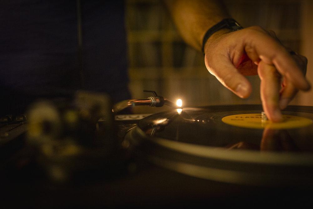 DJ qui mixe sur vinyles