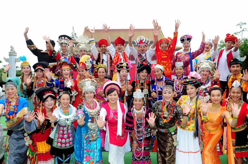 """*在深圳市""""錦繡中華""""民俗文化村景區中,身著本族服飾的少數民族年輕人們"""