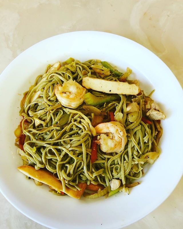 Who doesn't like pancit? For those who aren't familiar with pancit, it's a Filipino noodle dish. This healthy version is made with edamame noodles, shrimp, tofu, chicken and a bunch of veggies. So money!! Are you ready for summer? Struggling with your meal prep? Let us help by getting healthy, well balanced meals delivered right to your door every week.  Info@munch-box.ca or text 204-583-5405 for details.  #winnipeg #winnipegfood #winnipegfitness #204 #pegcity #pegcitygrub #manitoba #manitobamade #munchbox #manitobafitness #iifym #pancit