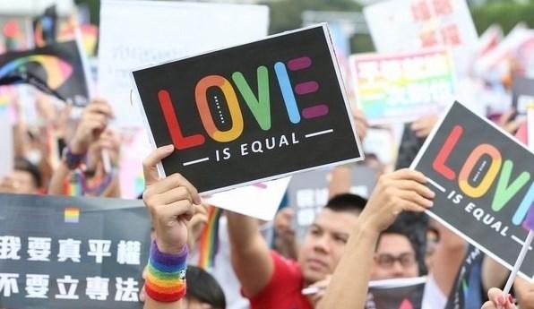 在台灣街頭呼籲和平的民眾