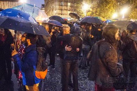 同性戀人通過在街頭接吻無聲反擊 (图片来源:sipa)
