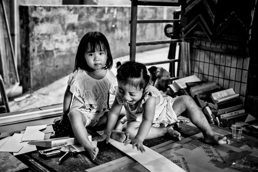 The daughters of a painter and frame maker in Dafen, China