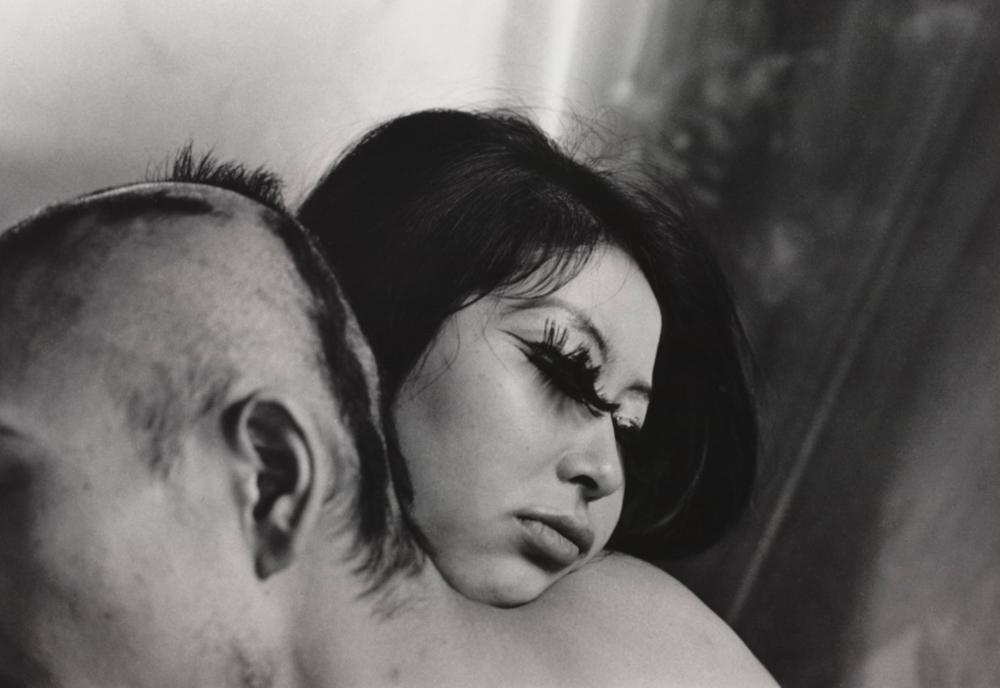 Shōmei Tōmatsu Blood and Rose, Tokyo, 1969 Silbergelatine Albertina, Wien ; Dauerleihgabe der Österreichischen Ludwig-Stiftung für Kunst und Wissenschaft © Shmei Tmatsu Estate, courtesy | PRISKA PASQUER, Köln