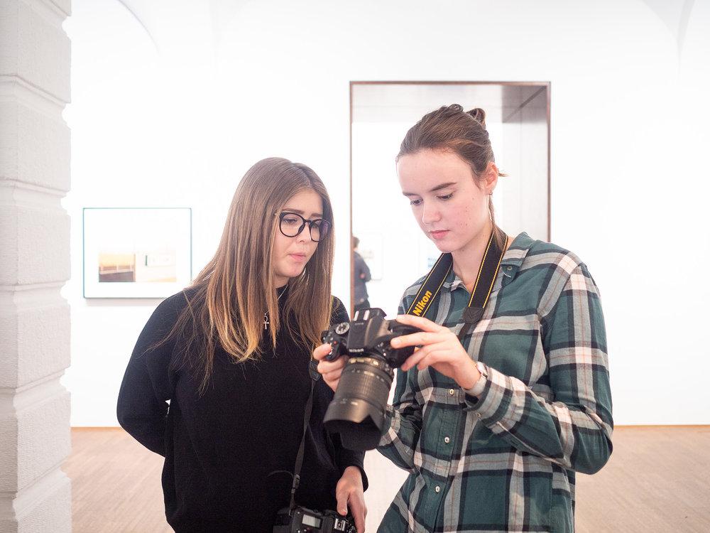 Studentinnen der LIK Ausbildung Fotografie und Mediendesign