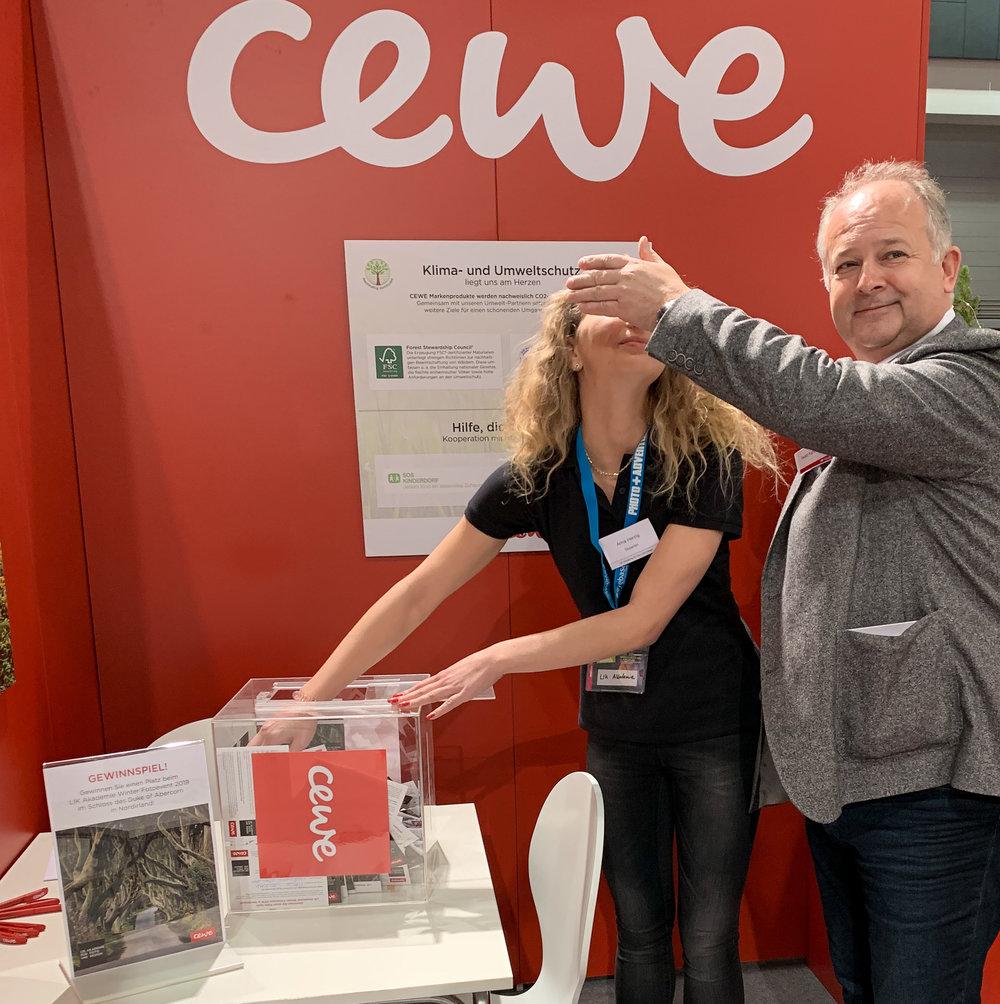 Ewald Hahn - CEWE, überwacht Glücksfeh Anna beim Ziehen.