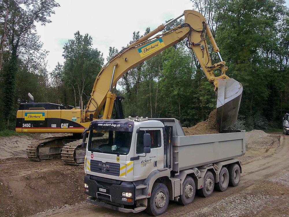 Bild 01 Wagen 31 MAN 480 Baustelle bei den Thurauen mit CAT 345C Baggerk.jpg