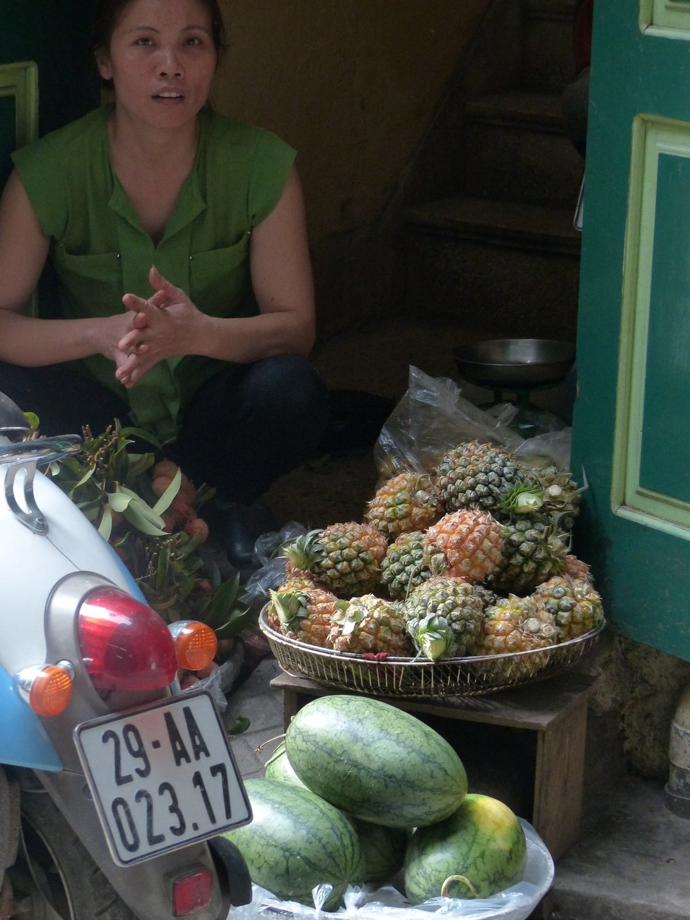 hanoi pineapple vendor