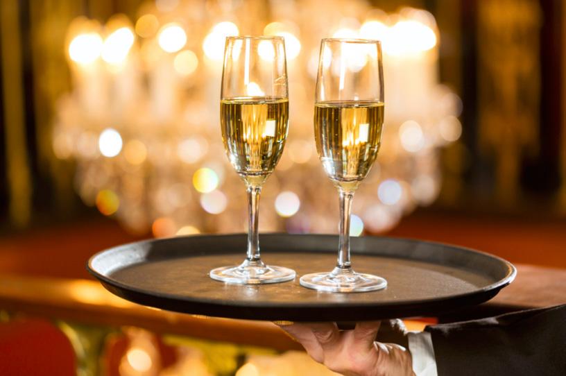 DRINK & BEVERAGE   Etichette pregiate e ingredienti di qualità nelle mani di barman esperti, per realizzare i cocktails del momento.