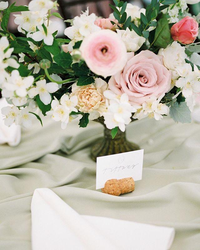 I could spot a scene captured by @estherfunkphotography a mile away! ✨  gorgeous florals by @academyflorist 😍 ....#weddinginspiration#blogger#weddingblog#weddinginspo#weddingdetails#weddingstyle#weddingphoto#weddingideas#engaged#weddingplanning #wedding #isaidyes#thatsdarling#flashesofdelight#shineon#visualcrush#soloverly#thatsdarling#hostwinnipeg#winnipegweddings#winnipegbride
