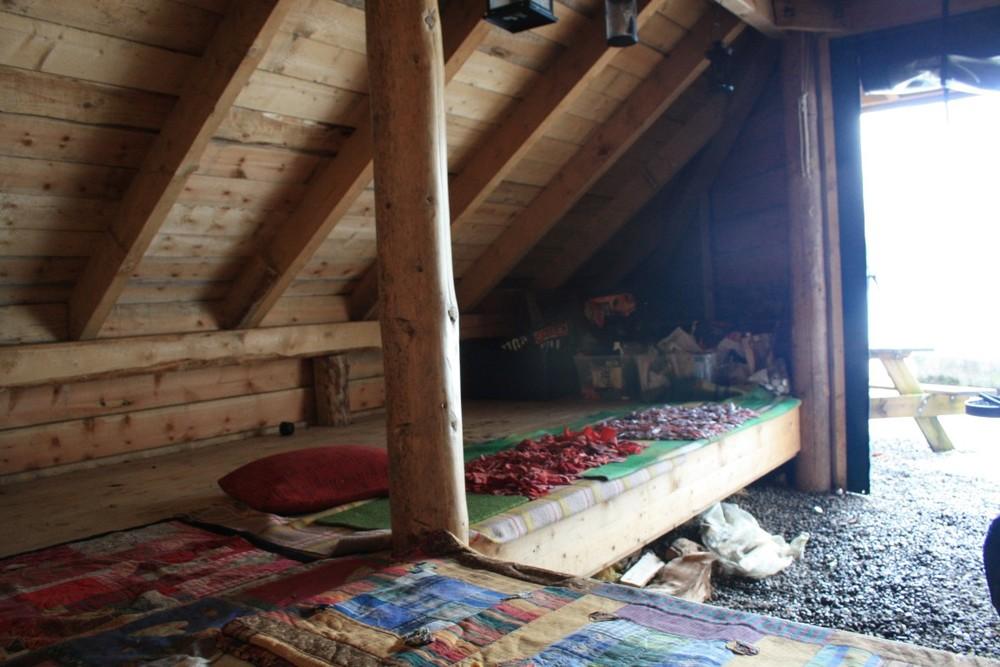 Koselege tepper på benkane
