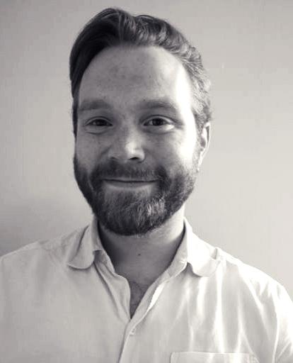 Portrettfotografi i gråtoner av Stig H Blindheim-Hansen, daglig leder, gitar, bass, trommer og band lærer ved Feedback Studios.